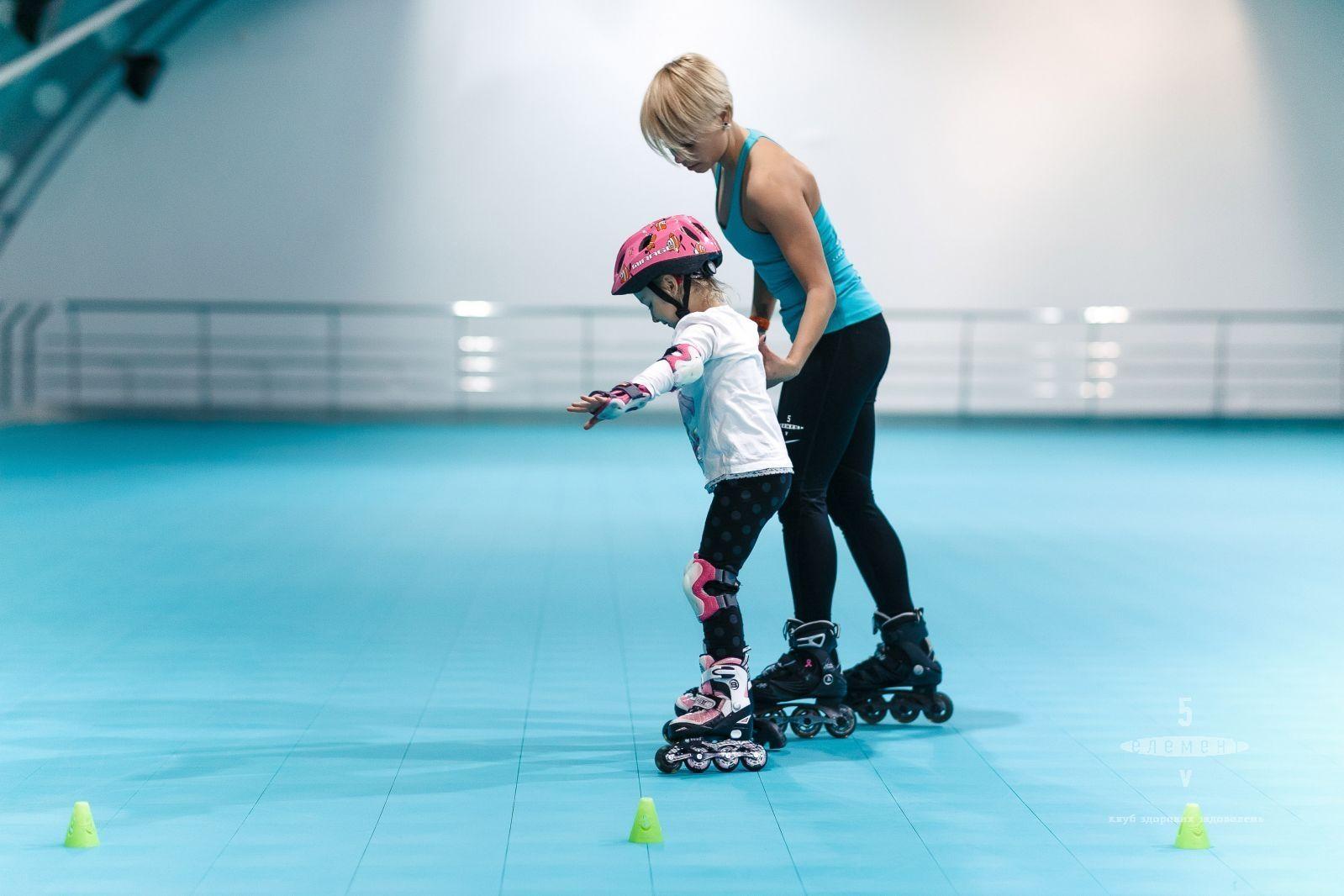 Персональний тренер вчить кататися на роликах