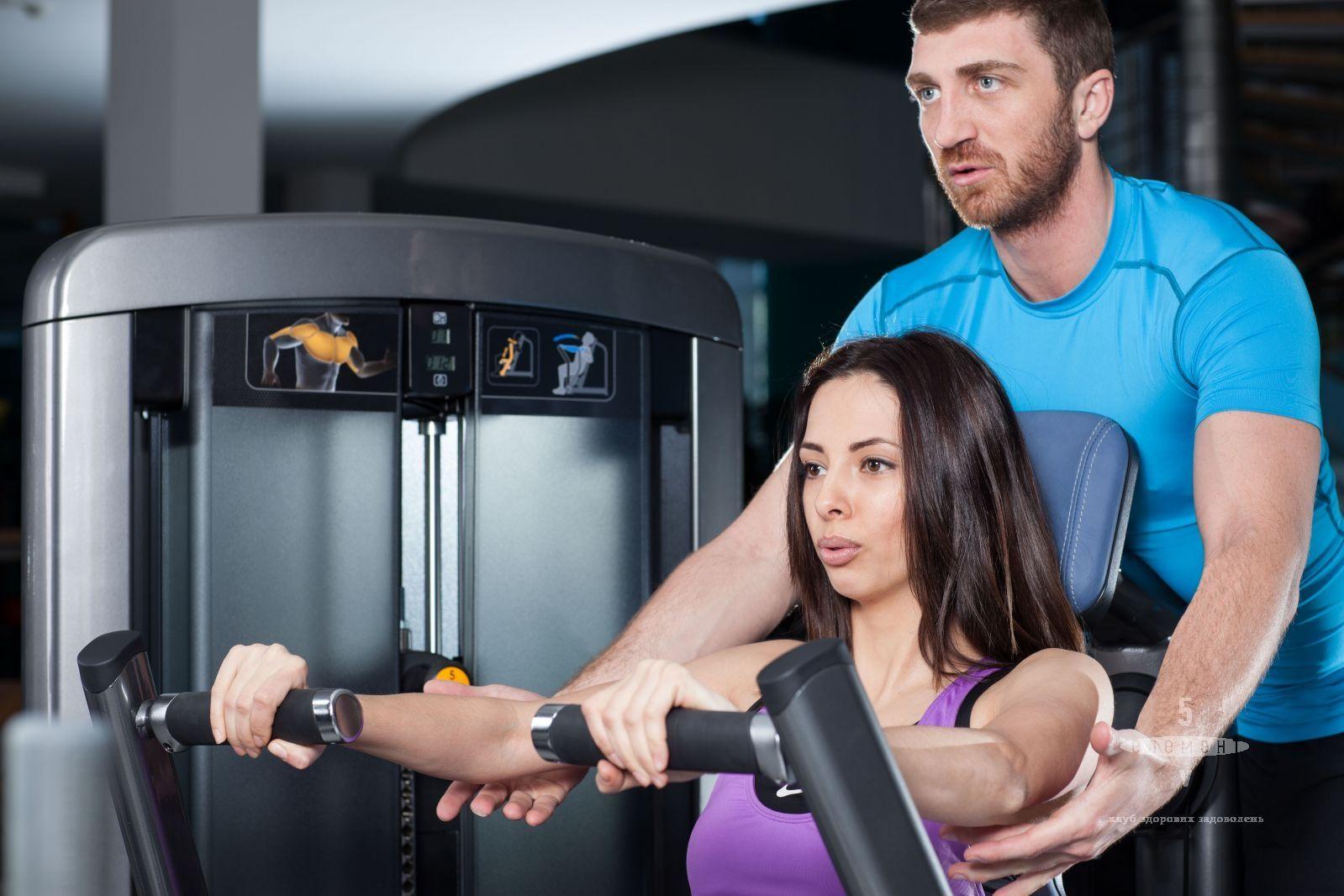 Вправи на тренажерах під наглядом гарного тренера