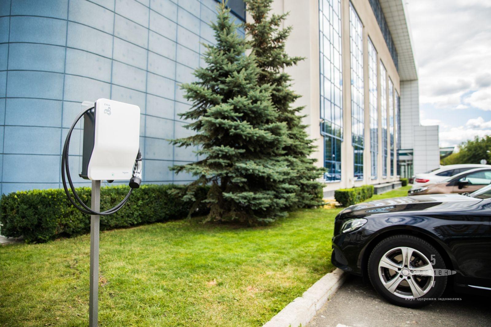 Электрозарядка для автомобилей на Vip-парковке— fitness club 5 element
